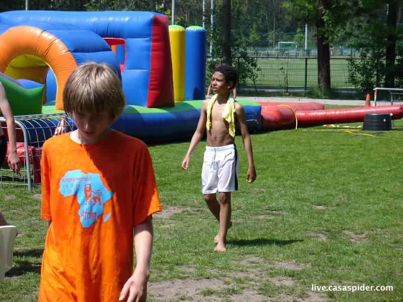 05.06.2010: Kampeerweekend vv Rijen, het is prachtig weer en het waterballet komt als een welkome afwisseling. Ook voor Luchiano (12). Klik voor groter.