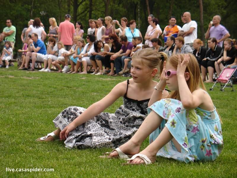 06.06.2010: Kampeerweekend vv Rijen, ouders en kinderen kijken toe bij de slotceremonie. Klik voor groter.