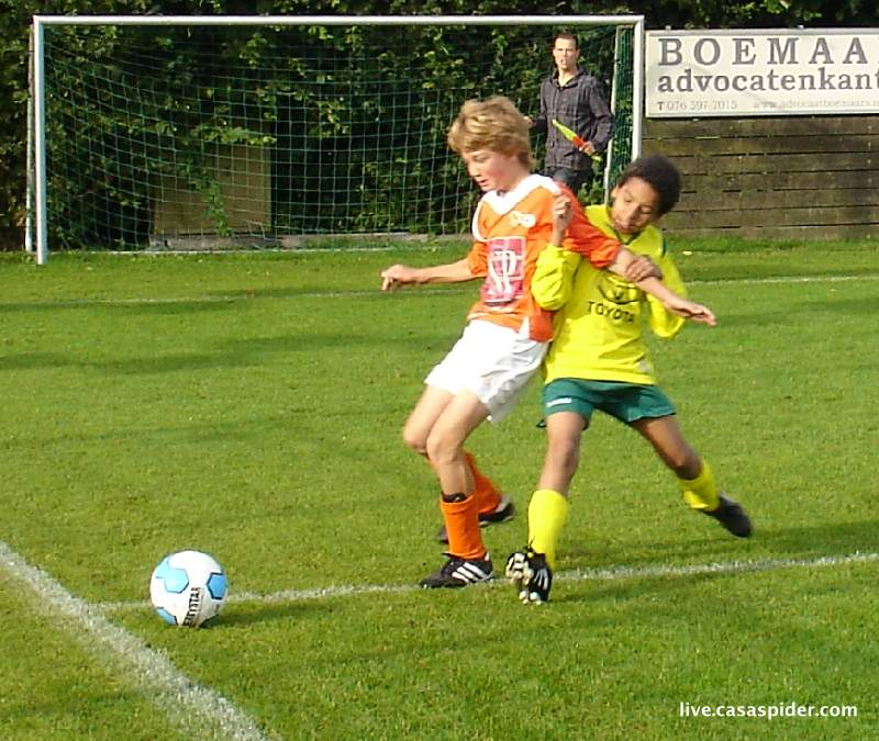 11.09.2010: Moerse Boys C3 - Rijen C4 5-3; Luchiano in duel met een oranjehemd. Klik voor groter.