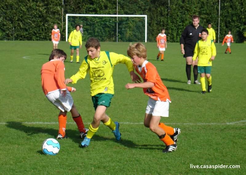 11.09.2010: Moerse Boys C3 - Rijen C4 5-3; Abdullah in een heftig duel. Klik voor groter.
