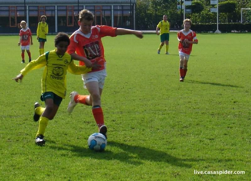 11.09.2010: Moerse Boys C3 - Rijen C4 5-3; Luchiano is niet bang voor de anderhalf keer zo grote tegenstander. Klik voor groter.