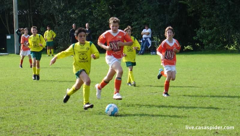 11.09.2010: Moerse Boys C3 - Rijen C4 5-3; Cihat stoomt op om de 5-3 te scoren. Klik voor groter.