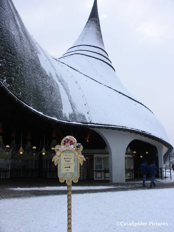 04.01.2010: Brabant Water houdt haar Nieuwjaarsbijeenkomst traditiegetrouw in het Theater van de Winter Efteling. Het thema is Verras me! Klik voor groter.