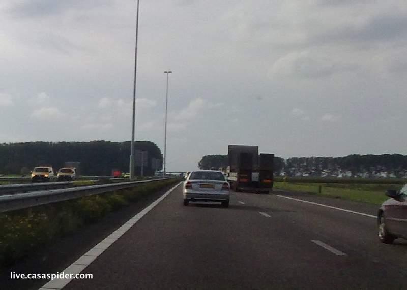 30.09.2010: Op die vrijdag is er een vreselijk ongeval op de A59; de auto van een moeder met vier kinderen van dansschool Lucia Marthas wordt door een vrachtwagen compleet verwoest. Klik voor groter.