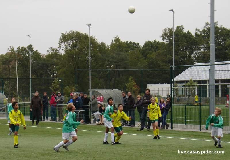 23.10.2010: Rijen C4 en Baronie C4 leggen een boeiende wedstrijd op de mat, de vaste Rijen-supporters kijken gespannen toe. Klik voor groter.