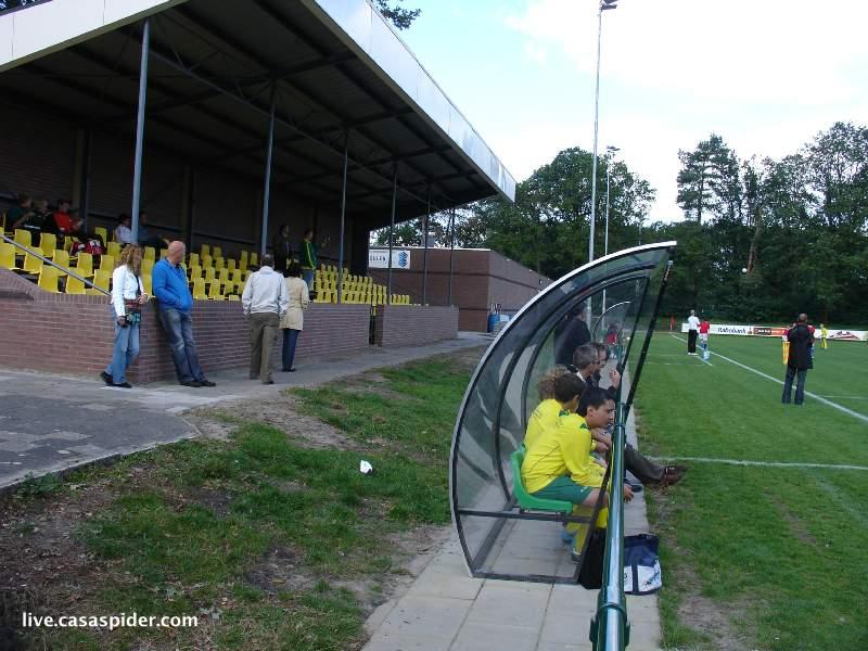 18.09.2010: Rijen C4 speelt op het prachtige hoofdveld van vv Rijen tegen Right'Oh C2, zelfs de dugout is een bezienswaardigheid. Klik voor groter.