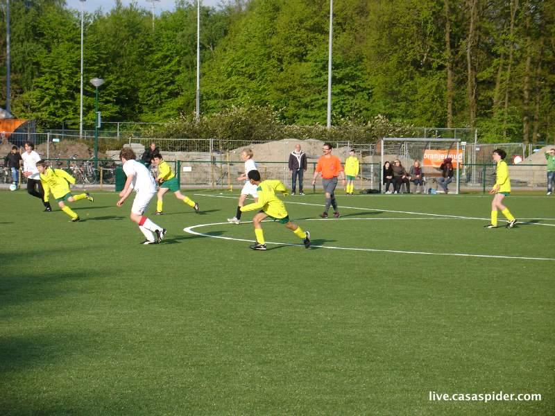 10.05.2010: Luchiano (12) speelt mee met Rijen D3 in een oefenwedstrijd tegen Rijen C3; ze gaan met 0-13 ten onder. Klik voor groter.