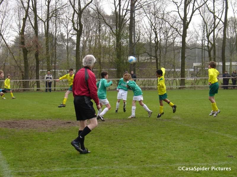 10.04.2010: Rijen D4 gaat met 4-7 ten onder tegen Achtmaal D1G, ondanks deze kopbal van Luchiano (12). Klik voor groter.