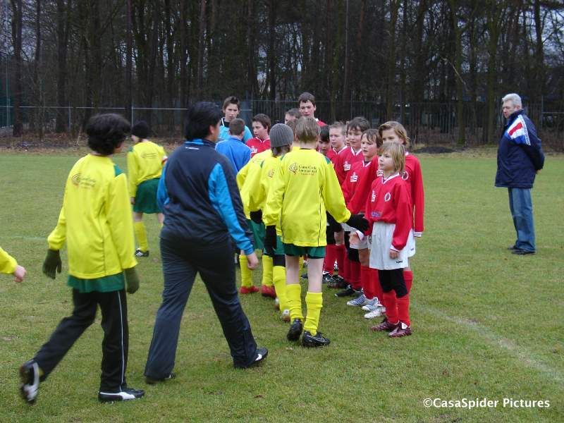 27.02.2010: De voetballers van Rijen D4 en Ulicoten D1 schudden elkaar de hand voor de wedstrijd. Klik voor groter.