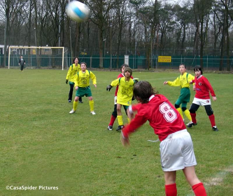 27.02.2010: Een knappe ingooi van de nummer 8 van Ulicoten D1 tegen Rijen D4. Klik voor groter.