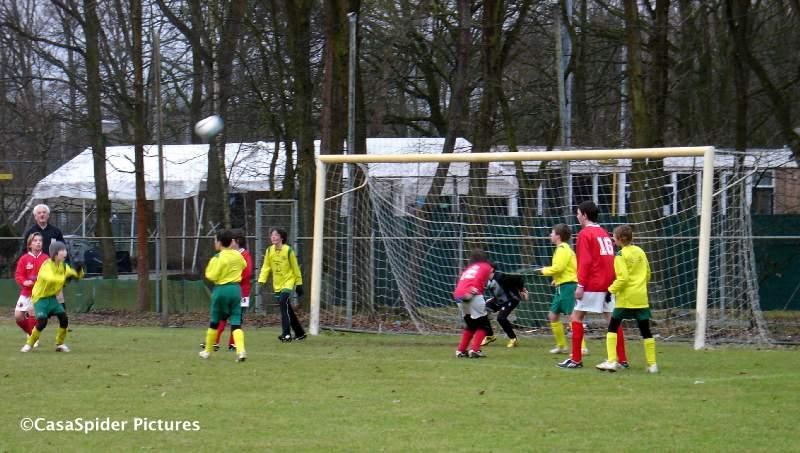 27.02.2010: Hachelijke momenten voor het doel van Rijen D4 dat in de thuiswedstrijd tegen Ulicoten D1 met 1-4 ten onder gaat. Klik voor groter.