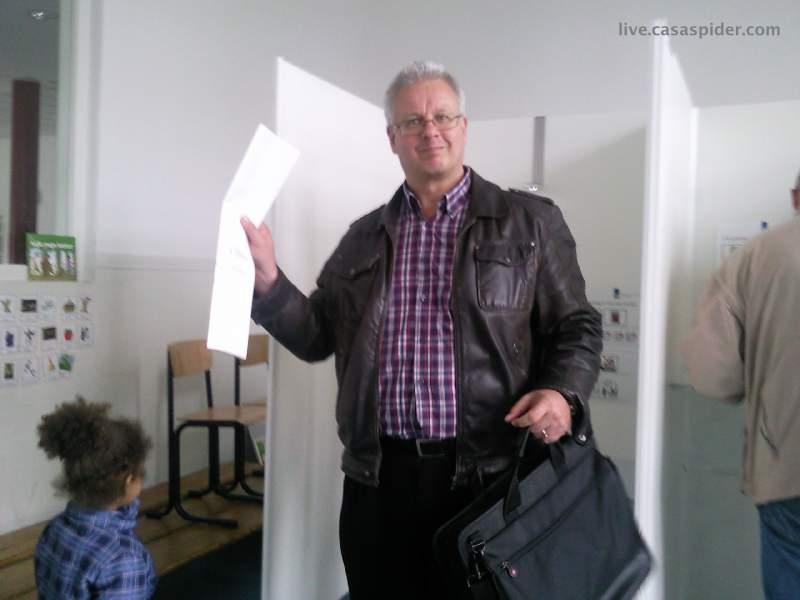 09.06.2010: CasaSpider brengt zijn stem uit bij stembureau KBS Sint Jozef te Rijen. Klik voor groter.