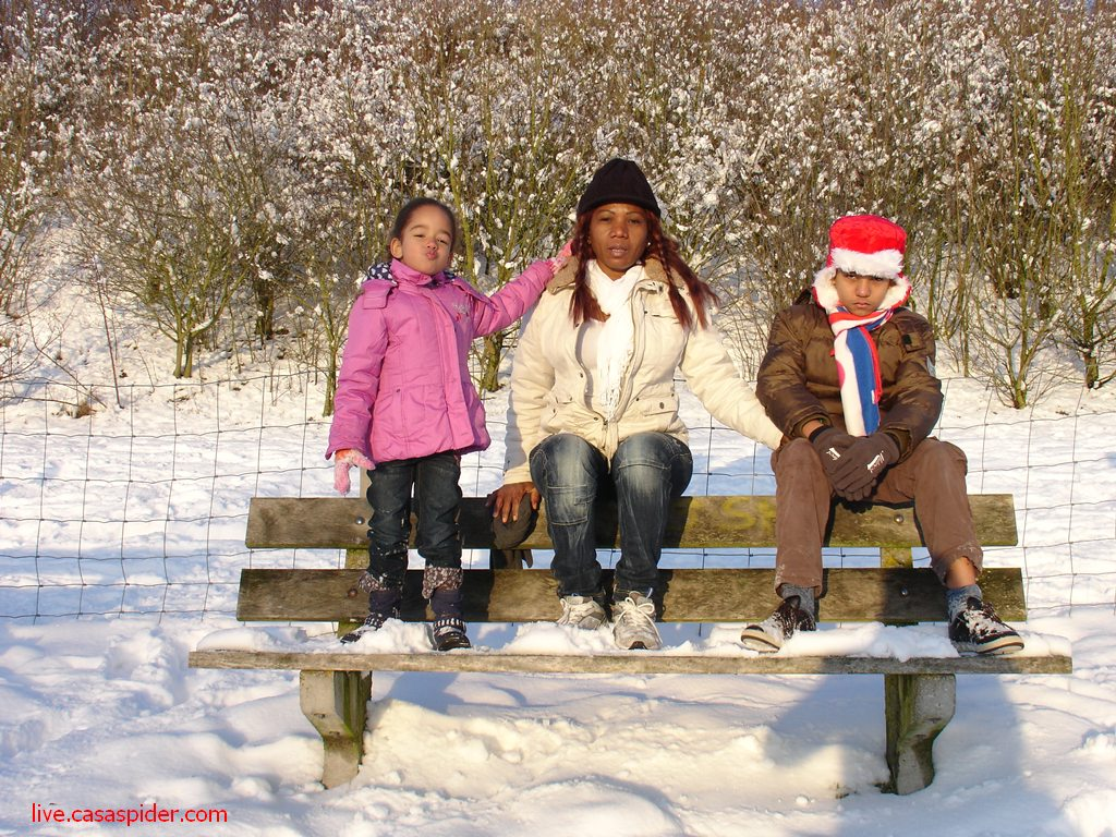 25.12.2010: De familie op een bankje in de sneeuw op de Warande in Gilze. Klik voor groter.