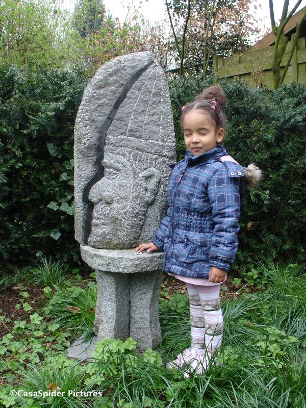 11.04.2010: Diana (3) poseert bij een beeld in de tuin van CasasPa, we vieren de verjaardag van Truus. Klik voor groter.