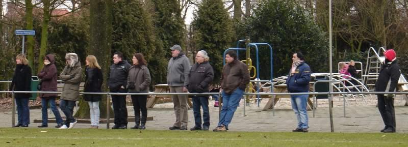 06.03.2010: Traditionele rijtjesfoto fans Rijen D4 in het ijskoude Alphen, Rijen D4 speelt tegen Viola D3 (2-2). Klik voor groter.