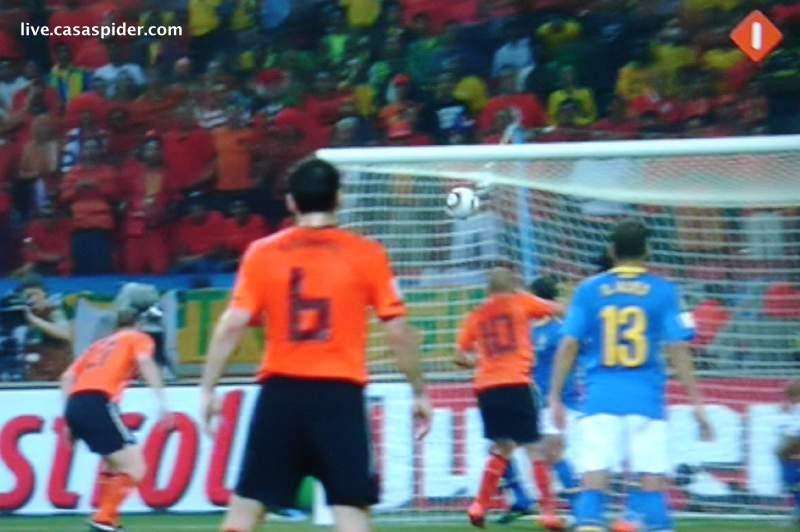 02.07.2010: Tuinkabouter Wesley Sneijder kopt op magistrale wijze de 2-1 binnen voor Nederland tegen Brazilie, kwartfinale WK2010. Klik voor groter.