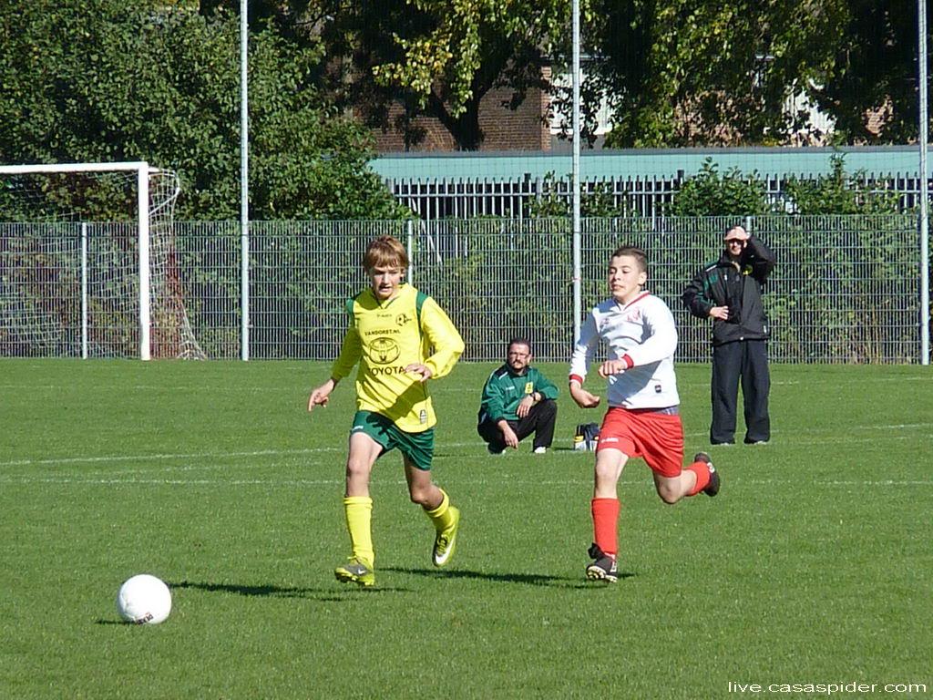 15.10.2011: Advendo C3 - Rijen C4 (4-1). Hier wordt verdediger Daan Bourgonje achtervolgd door een fanatieke Advendo-aanvaller. Klik voor groter.