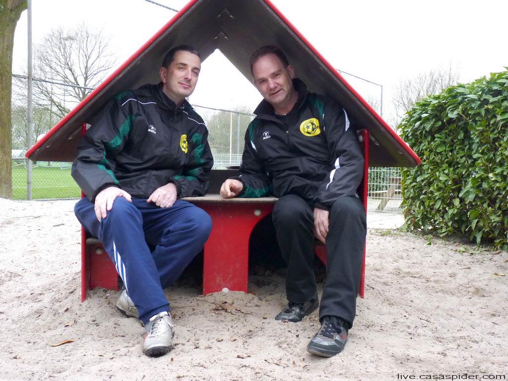 09.04.2011: Trainers Ton en Huub inspecteren de dugout van vv Bavel. Klik voor groter.
