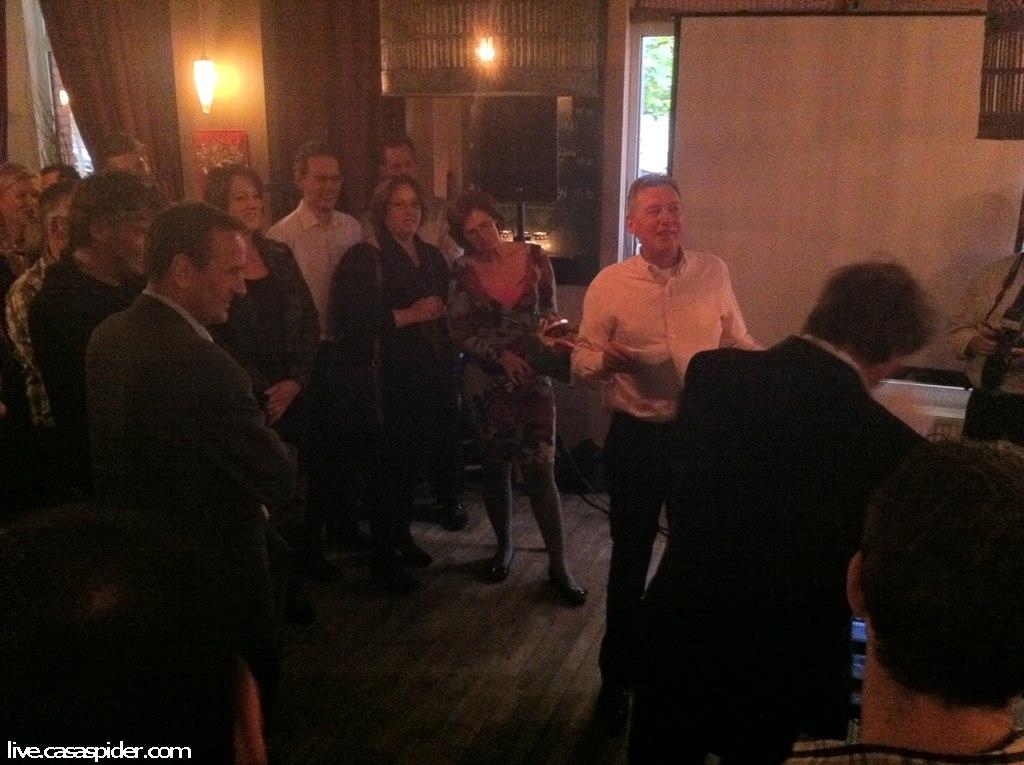 19.10.2011: In zijn stamkroeg Mazzeltov te Den Bosch neemt Johan van Campenhout afscheid van zijn functie als chef ICT van Brabant Water. Klik voor groter.