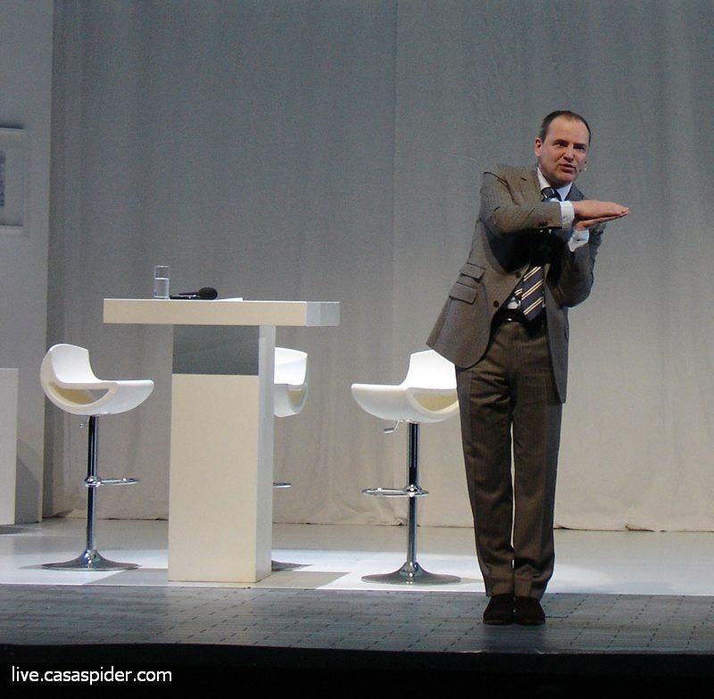 17.01.2011: Brabant Water directeur Guïljo van Nuland in actie tijdens de nieuwjaarsbijeenkomst 2011 in de Efteling. Klik voor groter.
