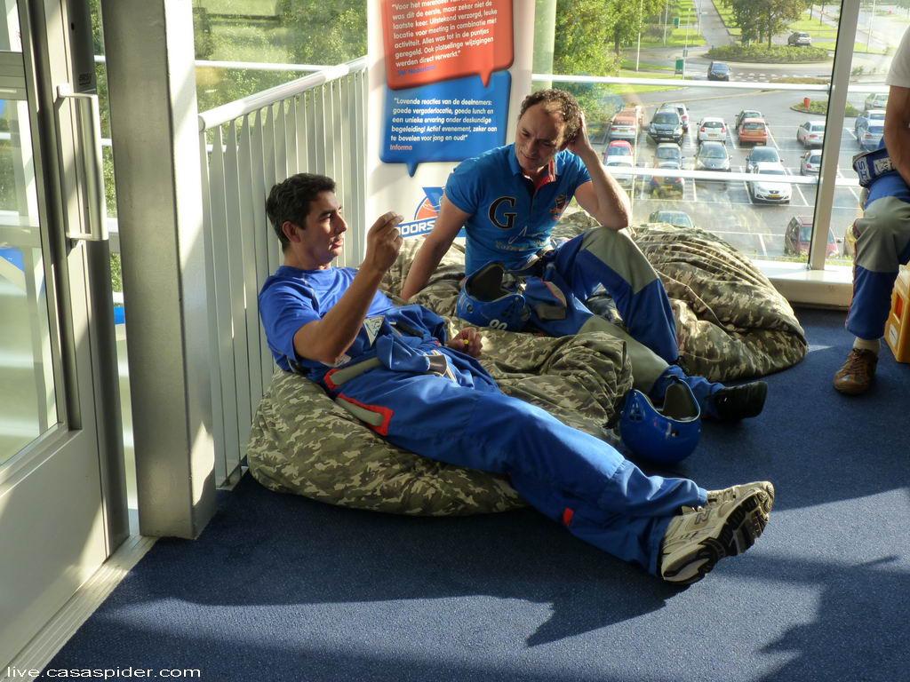 16.09.2011: Brabant Water ICT gaat skydiven in Roosendaal. Klik voor groter.