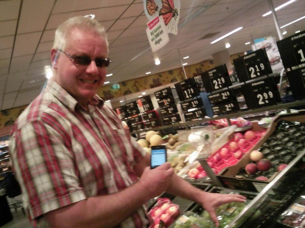 18.06.2011: CasaSpider test de iPhone Appie-app bij Albert Heijn in Rijen. Klik voor groter.