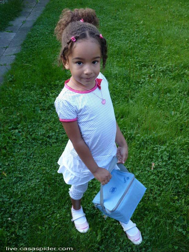 22.08.2011: Diana (5) mag weer naar school, naar de Giraffenklas (Groep 2) van de KBS Sint Jozef in Rijen om precies te zijn. Klik voor groter.