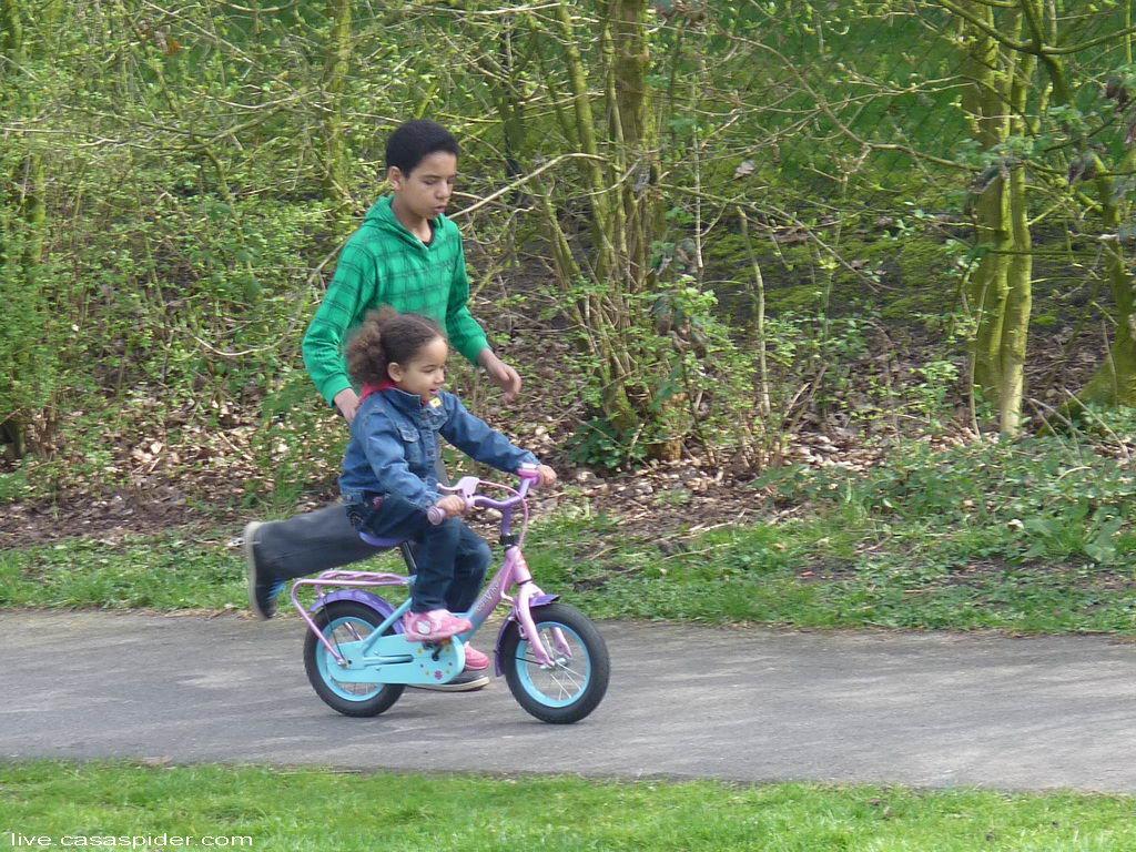 03.04.2011 Luchiano (013) leert Diana (4) fietsen, het Nut van een Zoon. Klik voor groter.