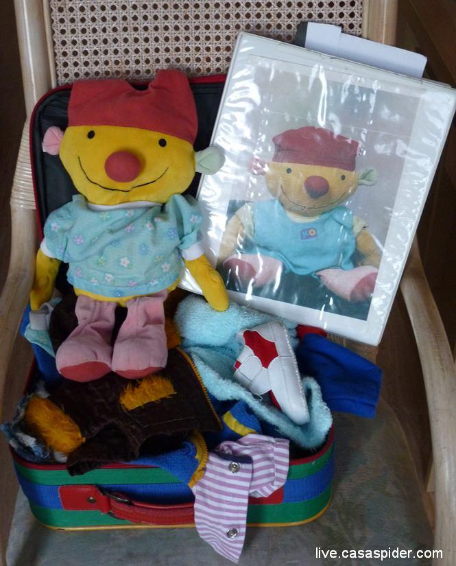 18.03.2011: Diana (4) heeft een logé voor een week van school, hij heet Ko v2 en komt met een koffer en een boek. Klik voor groter.