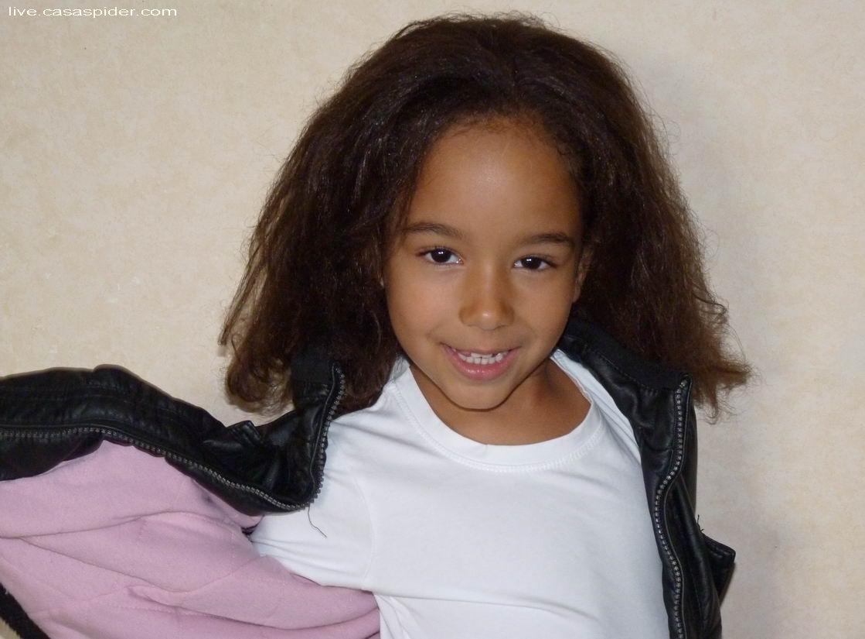 30.10.2011: Met föhn en stijltang zijn Diana's (5) krulletjes veranderd in plat haar, ze is er apentrots op. Klik voor groter.