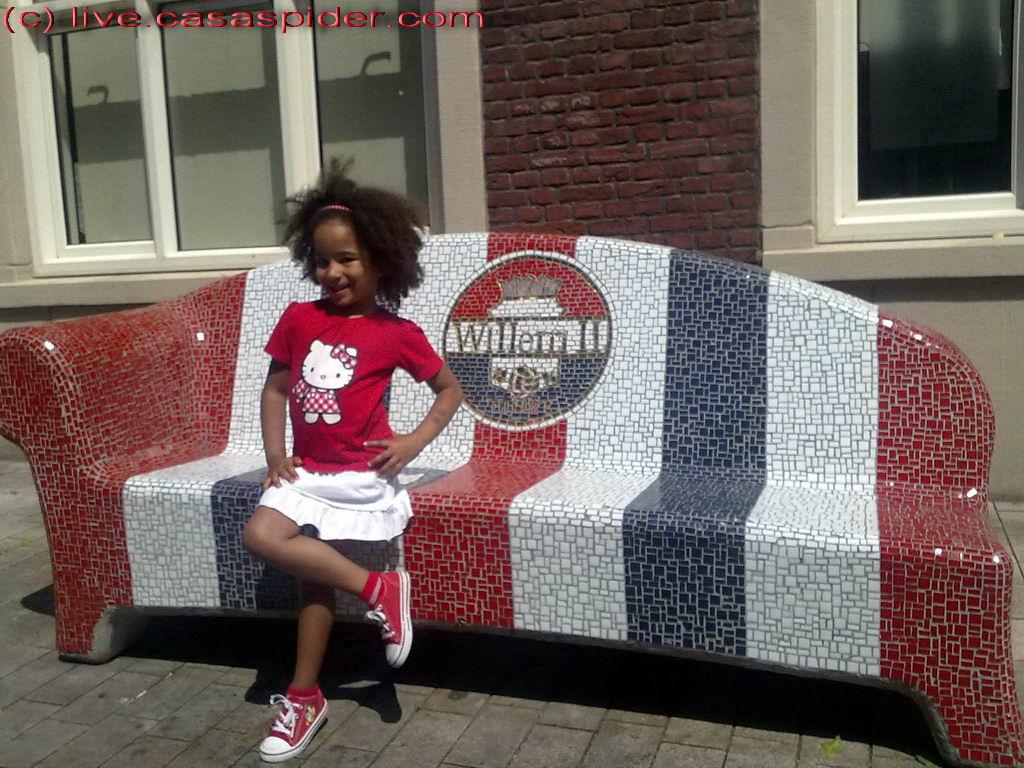 03.06.2011: Diana (5) poseert op de Willem-II bank in de Willem-II straat. Klik voor groter.