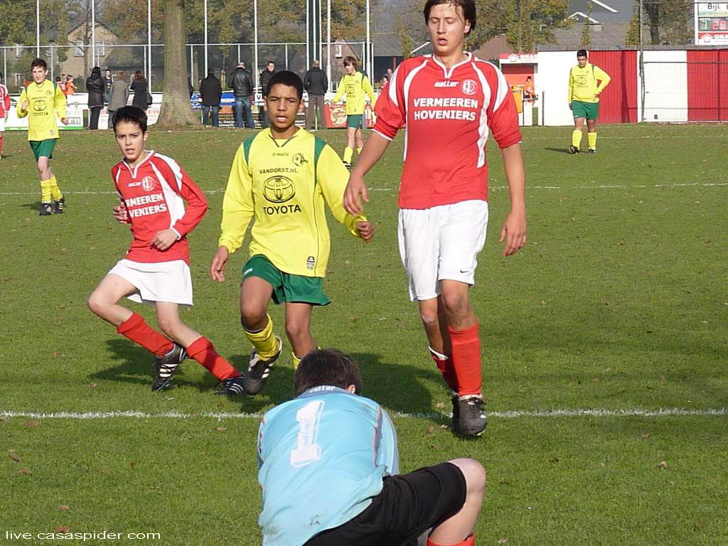 19.11.2011: Gesta C1 - Rijen C4 2-1, de Gesta-keeper heeft de bal voordat Luchiano (14) erbij kan. Klik voor groter.