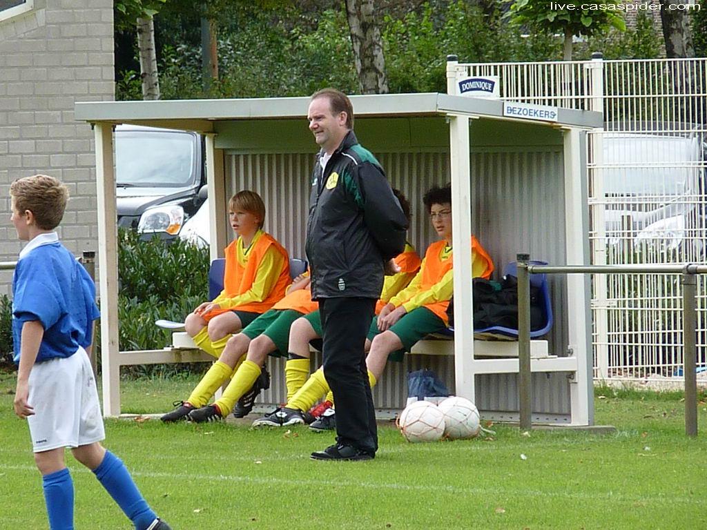 17.09.2011: Trainer Huub Willemen hier nog goedlachs voor de dugout bij de wedstrijd Gloria UC C3 tegen Rijen C4 (3-3) in Baarle-Nassau. Klik voor groter.
