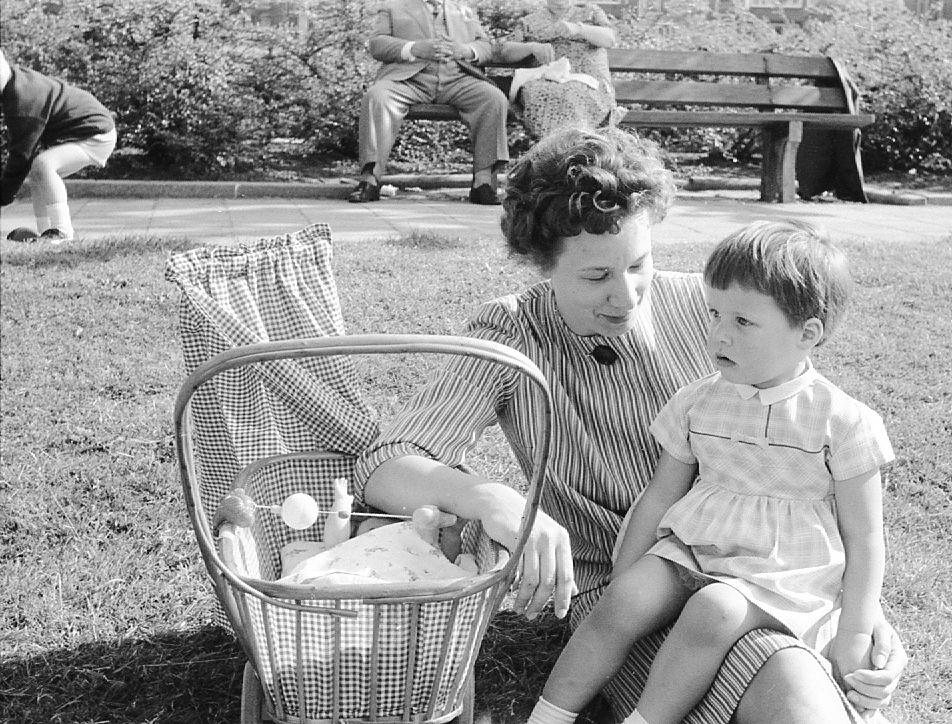 03.03.2011 CasaSpider's moeder Ilka met zus Monica in Rotterdam, 1962. Zie ook de billen van CasaSpider, links. Klik voor groter.