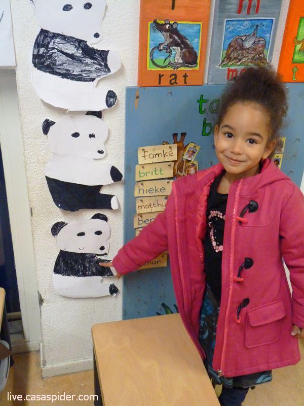 17.02.2011: Het is Projectweek bij de KBS Sint Jozef met het thema Op reis naar; de Giraffenklas kiest voor China, Diana wijst haar Pandabeer aan. Klik voor groter.