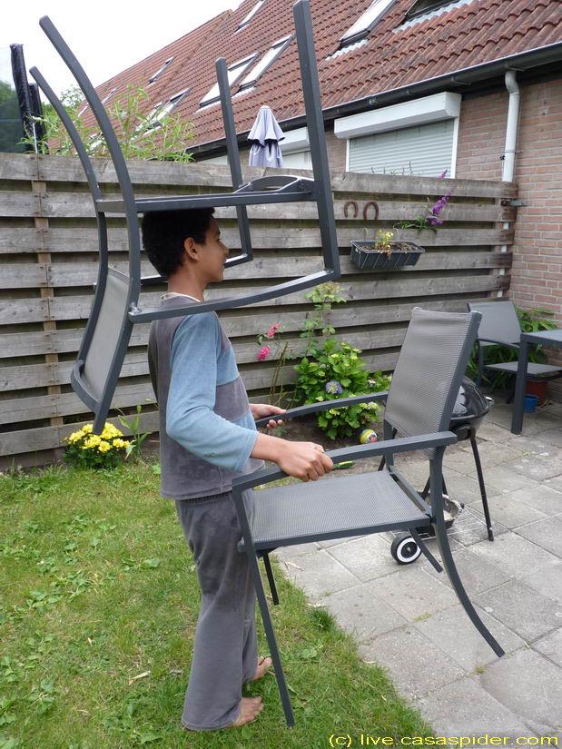 12.06.2011: Luchiano (013) denkt de klus met de drie stoelen sneller te klaren door het in één keer te doen. Klik voor groter.