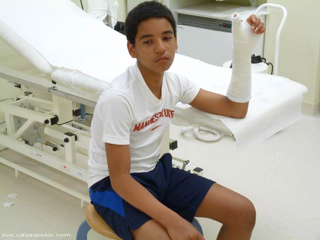 01.10.2011: De ongelukkige Luchiano (13) breekt zijn duim, vlak nadat hij de beslissende 1-3 heeft gescoord voor Rijen C4 uit tegen Zundert C1. Klik voor groter.