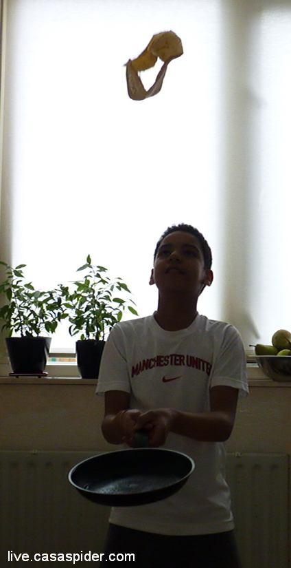 13.03.2011: Analoog aan zijn favoriete speelgoed The Fleez jongleert Luchiano (013) met pannenkoeken: The Fleez-Cake. Klik voor groter.