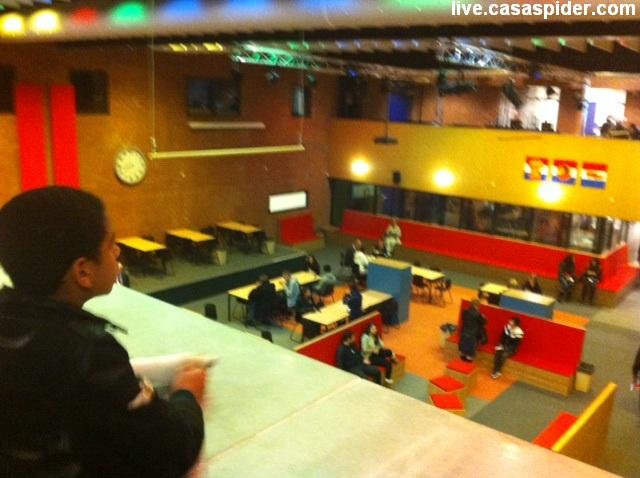 18.10.2011: Tussen twee sessies infoavond VMBO door kijkt Luchiano (13) over de aula van De Rooi Pannen (ROC) in Tilburg. Klik voor groter.