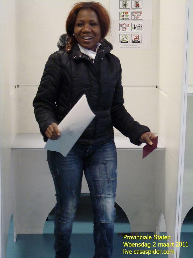 02.03.2011: Er staat zowaar een Rij bij het stembureau in Rijen (KBS Sint Jozef) en Lucy staat erin. Klik voor groter.