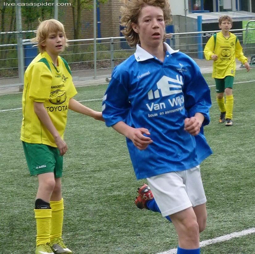 16.04.2011: Ook Daan (links) van Rijen C4 kan het noodlot niet keren, we gaan met 9-1 ten onder tegen Neerlandia'31 C2 in Dorst. Klik voor groter.