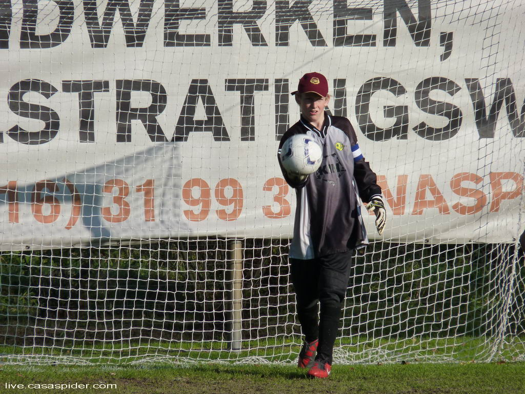 22.10.2011: De onverschrokken Jaap van Daal, keeper van Rijen C4, kan de 4-0 nederlaag in de bekerwedstrijd uit tegen ONI C2 in 's Gravenmoer niet voorkomen. Klik voor groter.