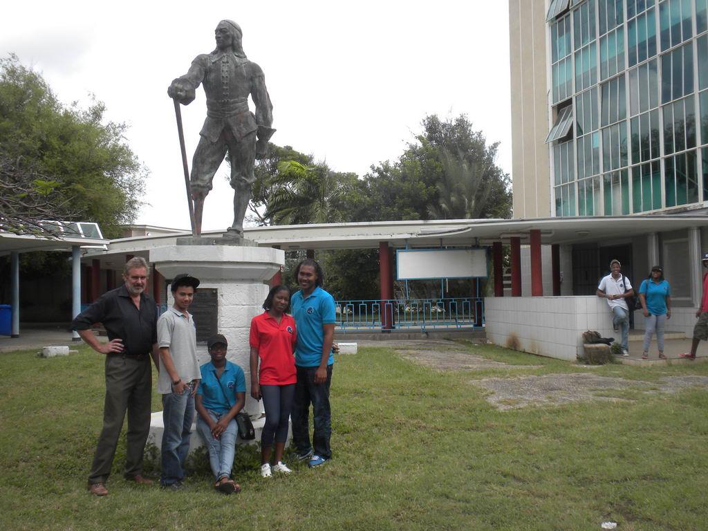 23.07.2011: Standbeeld Peter Stuyvesant op Curacao neergehaald na eerdere naamswijziging in Kolegio Alejandro Profèsor Dòkter Jandi Paula. Klik voor groter.