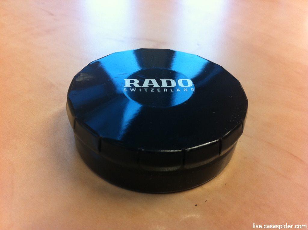 17.10.2011: Collega Bas Becks kent CasaSpider's voorliefde voor ploepdoosjes en doet hem dit chique exemplaar van Rado kado. Klik voor groter.