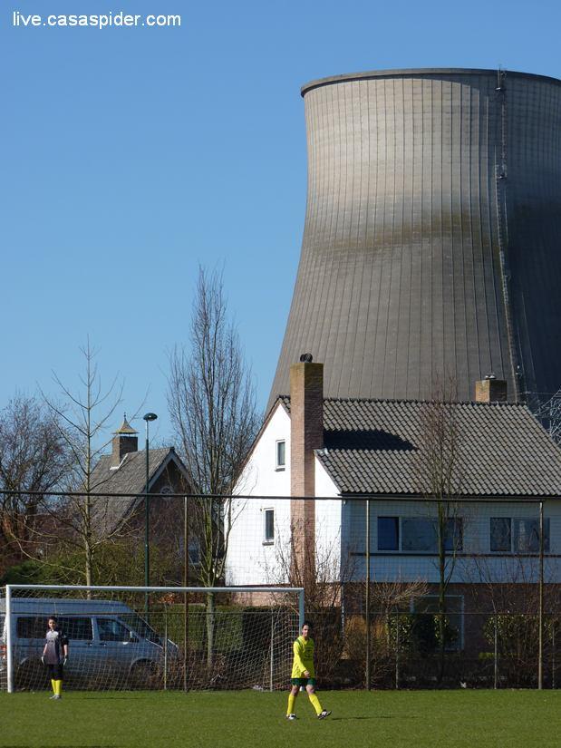 19.03.2011: Onder de hoogspanningskabels van de Amercentrale gaat Rijen C4 -bzzz bzzz bzzz- met 6-1 ten onder tegen Right-Oh C2. Klik voor groter.