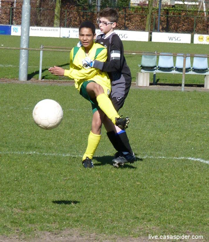 19.03.2011: Luchiano (013) wordt zwaar gehinderd door de keeper van Right-Oh C2 en Rijen C4 krijgt onterecht geen penalty. Klik voor groter.
