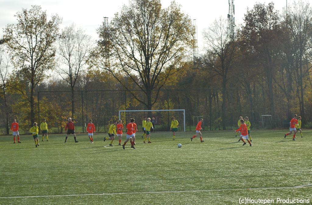 26.11.2011: Op een koude maar mooie novemberdag verliest Rijen C4 zijn laatste competitiewedstrijd met 2-3 tegen het sterke Moerse Boys C2. Klik voor groter.
