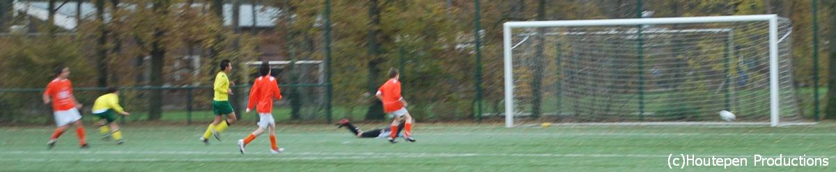 26.11.2011: Moerse Boys C2 scoort de 0-1 tegen Rijen C4 en wint uiteindelijk verdiend met 2-3. Klik voor groter.