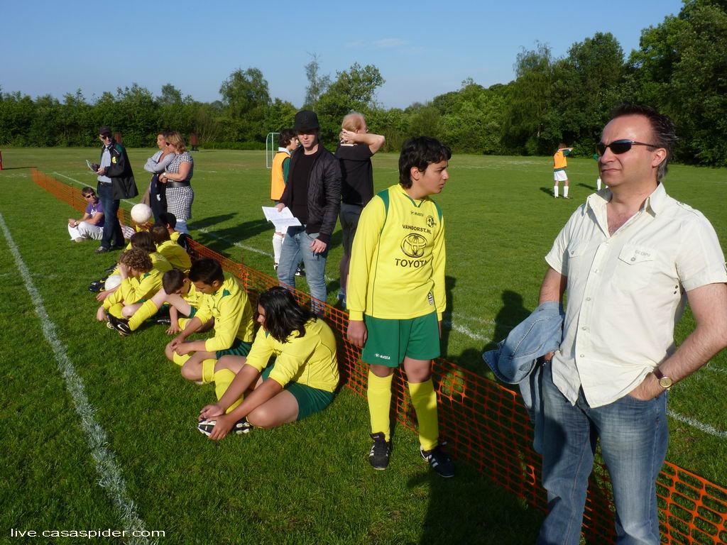 20.05.2011: Rijen C4 doet met twee teams mee aan het jaarlijkse toernooi in Ulvenhout, de jongens ogen wat vermoeid EN DAT IS VOORDAT ZE EEN WEDSTRIJD HEBBEN GESPEELD. Klik voor groter.