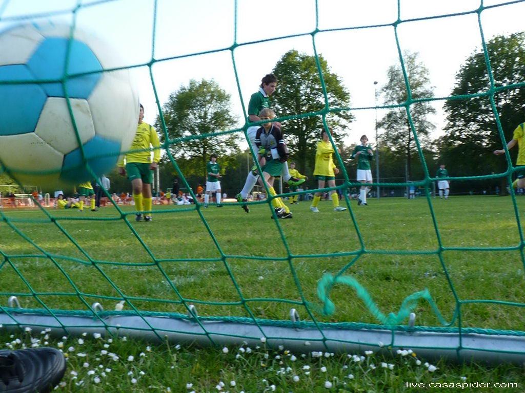20.05.2011: Rijen C4 doet met twee teams mee aan het jaarlijkse toernooi in Ulvenhout, CasaSpider doet aan planking om deze goal vast te leggen. Klik voor groter.